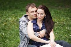 Abarcamiento de los pares al aire libre en el parque que parece feliz Fotos de archivo