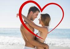 Abarcamiento de los pares cara a cara en la playa Fotos de archivo