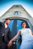 Abarcamiento de los pares de la boda Fotografía de archivo libre de regalías