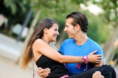 Abarcamiento de los pares del amor al aire libre en parque Imagen de archivo