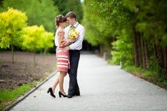 Abarcamiento de los pares de la boda Recienes casados en bosque de la maravilla Imágenes de archivo libres de regalías