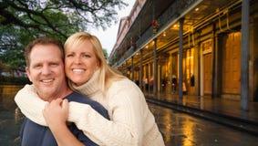 Abarcamiento de los pares que disfrutan de una tarde en New Orleans, Luisiana fotografía de archivo libre de regalías