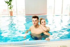 Abarcamiento de los pares que presentan en piscina Foto de archivo