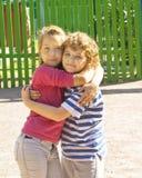 Abarcamiento de los pequeños niños Imagen de archivo