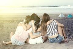 Abarcamiento de mujeres en la playa Imagen de archivo libre de regalías
