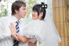 Abarcamiento de novia y del novio Fotografía de archivo libre de regalías
