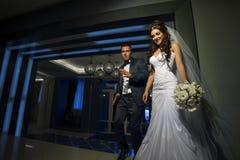 Abarcamiento de novia y del novio Imagenes de archivo