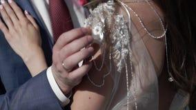 Abarcamiento de novia y del novio almacen de metraje de vídeo