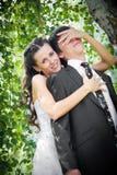 Abarcamiento de novia y del novio Foto de archivo
