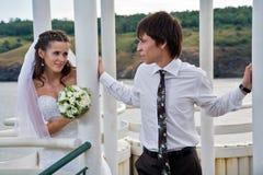 Abarcamiento de novia y del novio Fotos de archivo