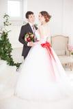 Abarcamiento de novia y del novio Foto de archivo libre de regalías