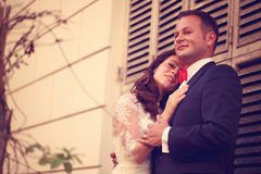 Abarcamiento de novia y del novio Fotografía de archivo