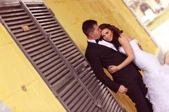 Abarcamiento de novia y del novio Imágenes de archivo libres de regalías