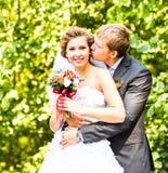 Abarcamiento de novia y del novio Fotos de archivo libres de regalías