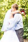 Abarcamiento de novia y del novio Imagen de archivo libre de regalías
