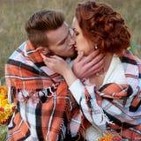 Abarcamiento de novia y del novio Ajuste al aire libre del otoño romántico Fotos de archivo libres de regalías
