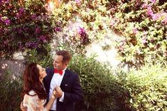 Abarcamiento de novia y del novio al aire libre Fotografía de archivo