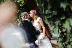 Abarcamiento de novia y del novio al aire libre Fotos de archivo libres de regalías