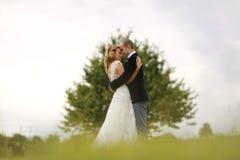 Abarcamiento de novia y del novio al aire libre Fotografía de archivo libre de regalías