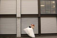 Abarcamiento de novia y del novio al aire libre Imágenes de archivo libres de regalías