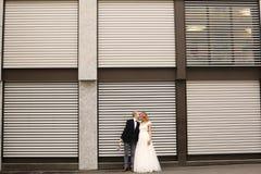 Abarcamiento de novia y del novio al aire libre Fotos de archivo