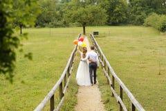 Abarcamiento de novia y del novio al aire libre Imagenes de archivo