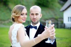 Abarcamiento de novia y del novio al aire libre Foto de archivo libre de regalías
