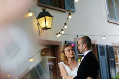 Abarcamiento de novia y del novio al aire libre Imagen de archivo