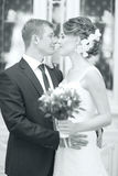 Abarcamiento de novia y del novio de la foto de la boda Imagen de archivo