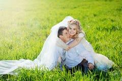 Abarcamiento de pares de la boda Foto de archivo