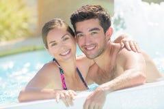 Abarcamiento de pares en piscina Fotos de archivo libres de regalías