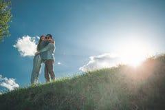 Abarcamiento de pares en prado verde Foto de archivo