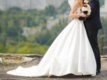 Abarcamiento de recienes casados en el tejado Foto de archivo libre de regalías