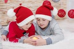 Abarcamiento de santa del pequeño niño dos Imagen de archivo libre de regalías