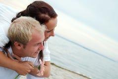 Abarcamiento de socios en la playa Fotos de archivo
