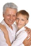 Abarcamiento del abuelo y del nieto Foto de archivo