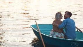 Abarcamiento del couplу joven en un barco Fotografía de archivo