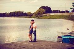 Abarcamiento del hombre joven y de la mujer Foto de archivo