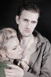 Abarcamiento del hombre joven y de la mujer Imagen de archivo libre de regalías