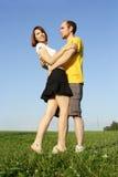 Abarcamiento del hombre y de la muchacha al aire libre Imagen de archivo libre de regalías