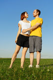 Abarcamiento del hombre y de la muchacha al aire libre Imágenes de archivo libres de regalías