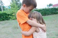 Abarcamiento del muchacho y de la niña Hermanos felices Imágenes de archivo libres de regalías