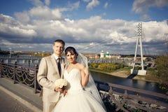 Abarcamiento del novio y de la novia Imágenes de archivo libres de regalías