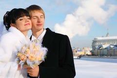 Abarcamiento del novio y de la novia sonrientes Imagenes de archivo