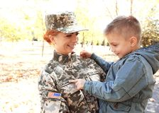 Abarcamiento del soldado y del niño de la madre Imagen de archivo libre de regalías