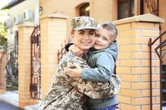 Abarcamiento del soldado y del niño de la madre Fotos de archivo