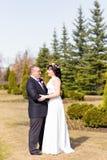Abarcamiento del tema de la boda, de novia y del novio Imagen de archivo