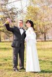 Abarcamiento del tema de la boda, de novia y del novio Fotos de archivo