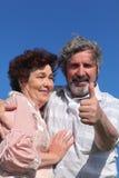 Abarcamiento del viejo hombre y de la mujer Foto de archivo