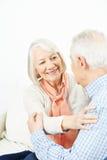 Abarcamiento del viejo hombre y de la mujer Imagen de archivo